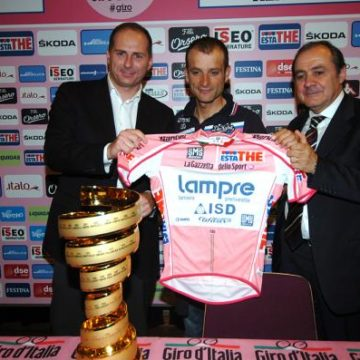 Микеле Скарпони вручили розовую майку Джиро д'Италия 2011