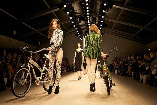 Манекенщицы против велосипедистов