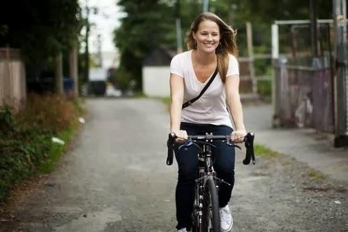 Девушка украла свой велосипед у воров