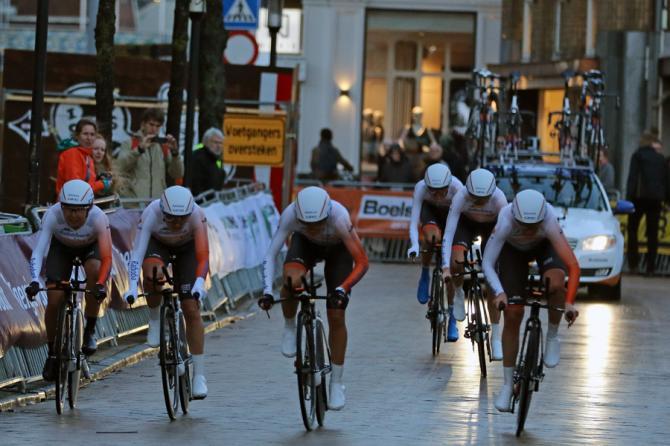 Команда Rabo-Liv приближается к финишу (фото: dcp-bertgeerts@xs4all.nl)