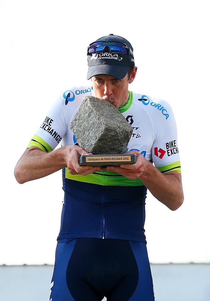 Matt Hayman (Orica-GreenEdge) целует трофей Париж-Рубэ (Getty Images Sport)