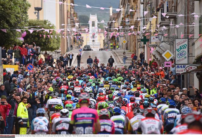 Красочный пелотон старт 6-го этапа Джиро д'Италия (фото: Tim de Waele/TDWSport.com)