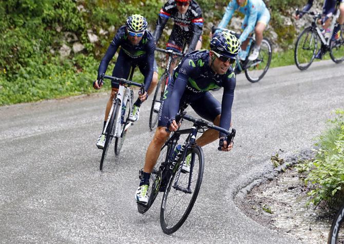 Алехандро Вальверде (Movistar), спускающийся во время шестого этапа Джиро д'Италия (фото: Bettini Photo)