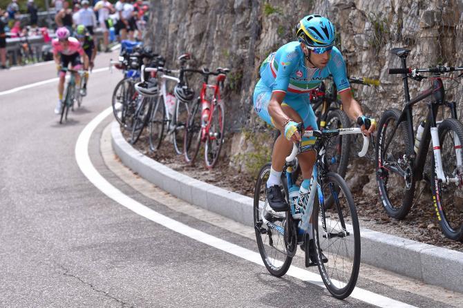 Vincenzo Nibali (Astana) атакует (фото: Tim de Waele/TDWSport.com)