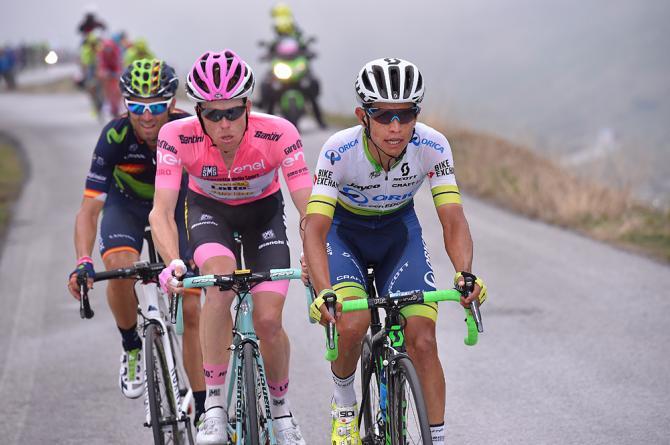 Эстебан Шавес (Orica GreenEDGE) со Стивеном Круиджсвиджком (LottoNl-Jumbo) на Cima Coppi (фото: Tim de Waele/TDWSport.com)