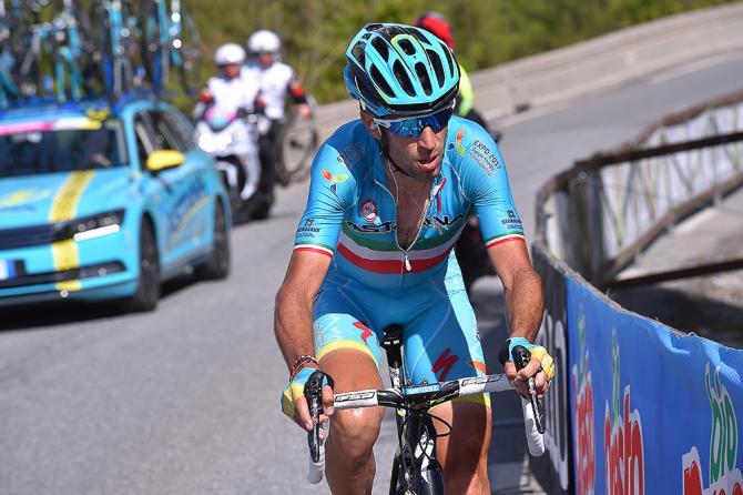 Винченцо Нибали едет один к концу этапа 19-го Джиро. (фото: Tim de Waele/TDWSport.com)