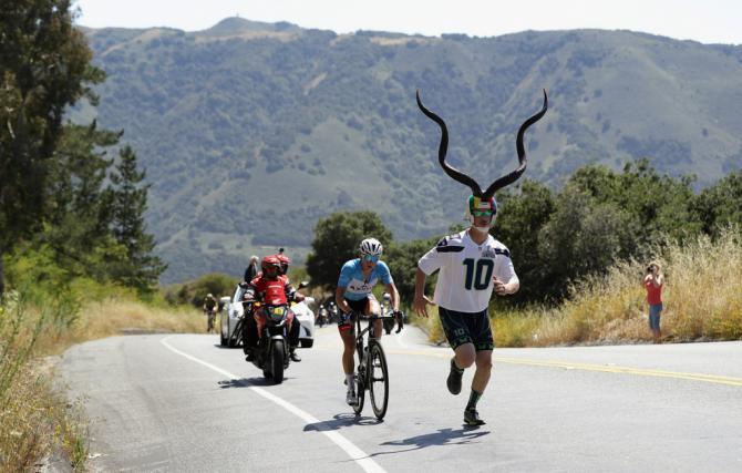 Поклонник бежит вместе с Грегом Дэниелом (Axeon) (фото: Getty Images Sport)