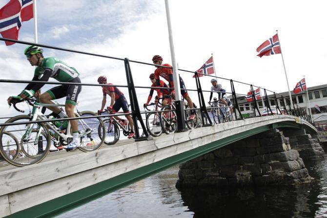 Команда Drapac, пересекает мост(фото: Tim de Waele/TDWSport.com)