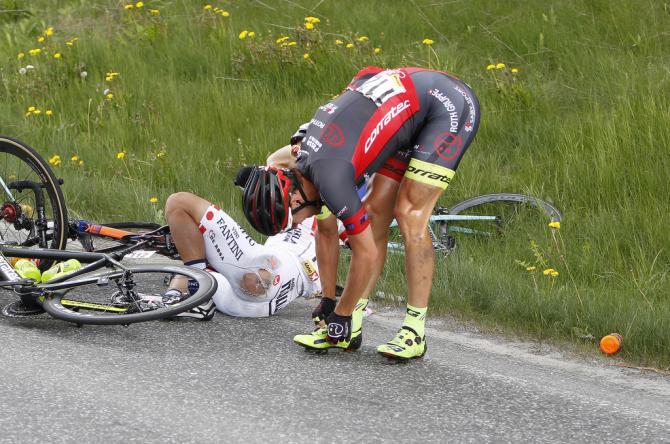 Grischa Janorschke (Roth) проверяет себя после аварии, которая так же настигла чемпиона японии Kazushige Kuboki (Nippo - Vini Fantini) (фото: Tim de Waele/TDWSport.com)