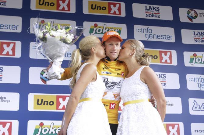 Питер Веенинг (Roompot - Oranje Peloton) держит желтый свитер (фото: Tim de Waele/TDWSport.com)