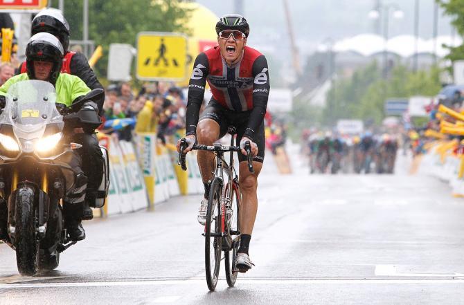 Эдвалд Боуссон Хаген (Dimension Data) наслаждается победой на 5-м этапе (фото: Tim de Waele/TDWSport.com)