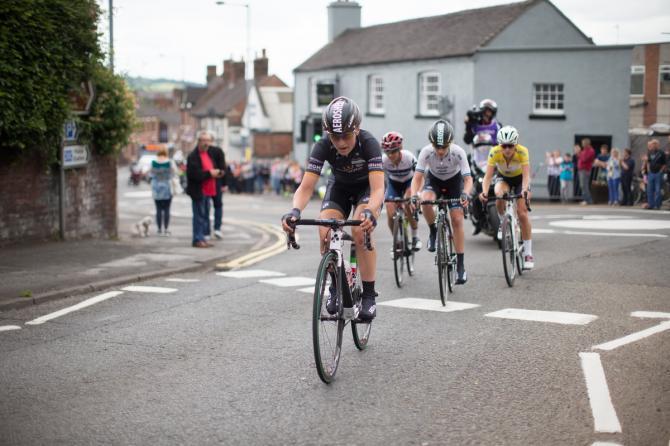 Elisa Longo-Borghini (ITA) of Wiggle Hi5 Cycling Team возглавляет небольшую группу гонщиц (фото: Sean Robinson/Velofocus)