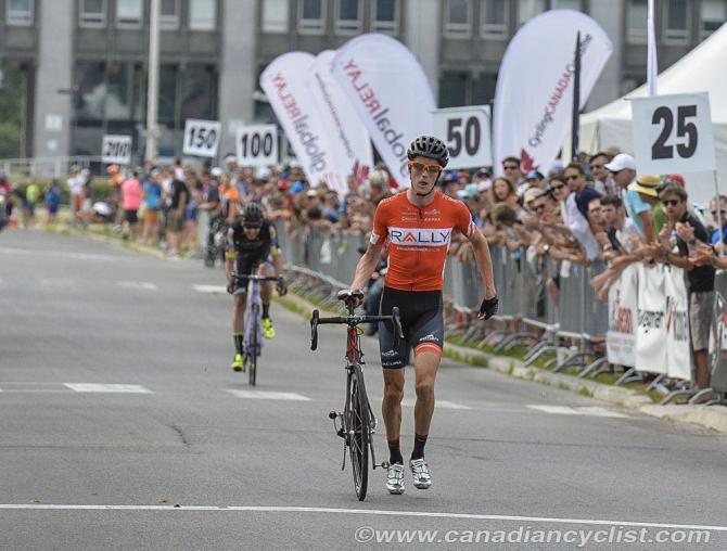 Will Routley (Rally Cycling) несет свой велосипед через финишную линию - 3-й (фото: Robert Jones)