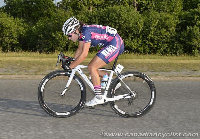 Annie Foreman-Mackey (The Cyclery-Opus) старты для усмешки, поскольку она понимает, что не будет поймана (фото: Robert Jones)