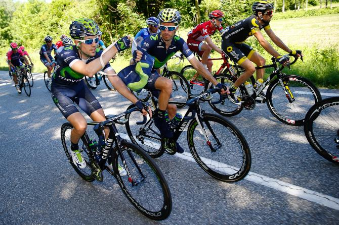 Movistar riders share a mussette during stage 1 (фото: Bettini Photo)