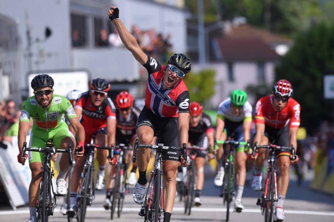 Эдвальд Боассон Хаген (Dimension Data) разгоняется до победы (фото: Tim de Waele/TDWSport.com)