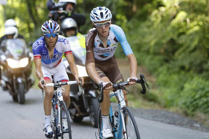 Ромен Барде (AG2R La Mondiale) со своим соперником Тибо Пино (FDJ) (фото: Bettini Photo)