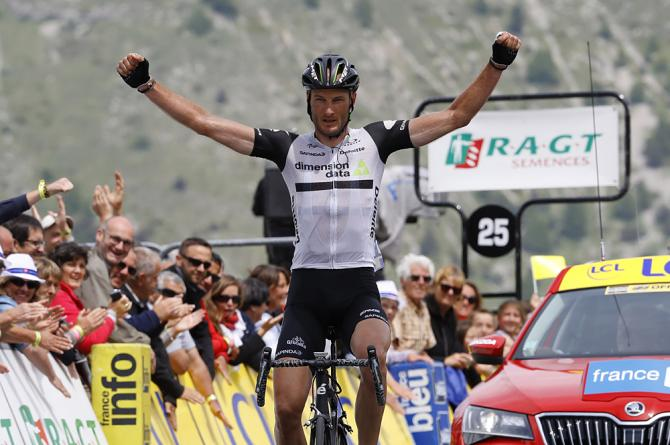 Stephen Cummings (Dimension Data) wins the final stage of Criterium du Dauphine (фото: Bettini Photo)