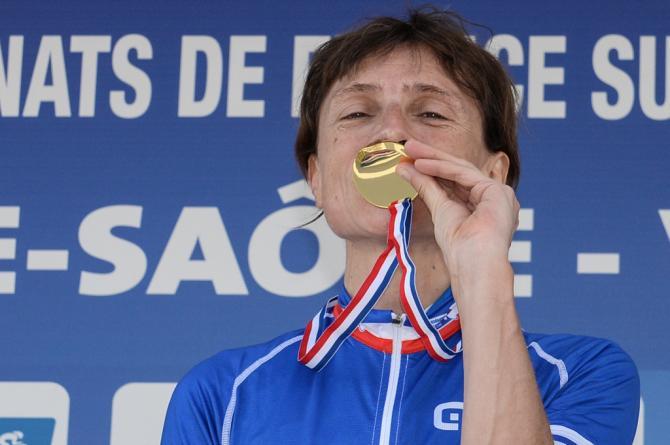 Edwige Pitel (SC Michela Fanini Rox) целует золотую медаль (фото: Getty Images Sport)