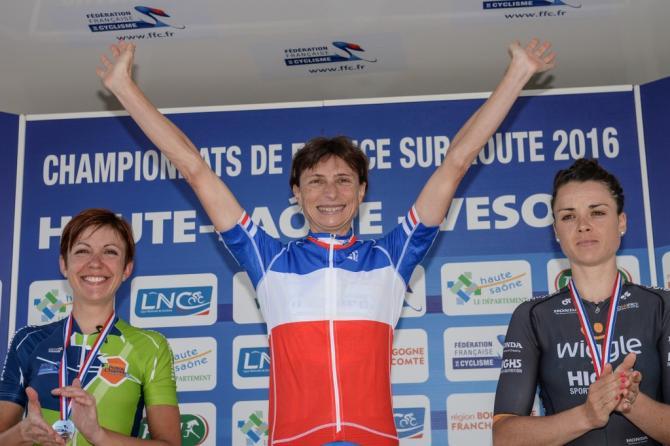 Edwige Pitel (SC Michela Fanini Rox) празднует свой второй национальный, шоссейный титул чемпиона (фото: Getty Images Sport)