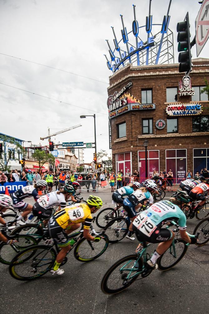 Лидер гонки Brianna Walle и остальные, проносятся мимо живописного Calhoun Square. (фото: Matthew Moses)
