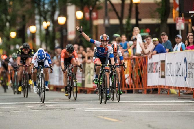 Skylar Schneider (ISCorp Cycling) празднует победу, следом рвется Coryn Rivera (United Healthcare) и замыкает тройку Samantha Schneider (ISCorp Cycling). (фото: Matthew Moses)