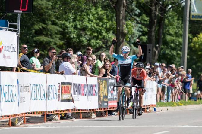 Joseph Schmalz (Elevate Pro Cycling p/b Bicycle World) вырывает победу у Эвана Хафмана (Rally Cycling) после того, как они выложились по полной, перед финишем (фото: Matthew Moses)