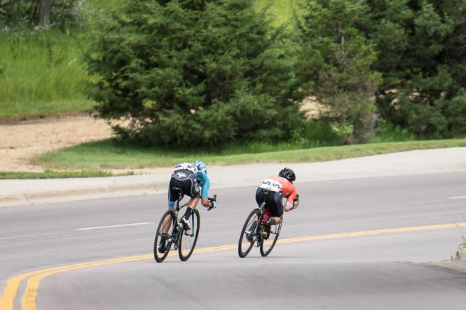 Evan Huffman (Rally Cycling) и Joseph Schmalz (Elevate Pro Cycling p/b Bicycle World) спускаются по долгому свипингу под гору на трассе финиша. (фото: Matthew Moses)