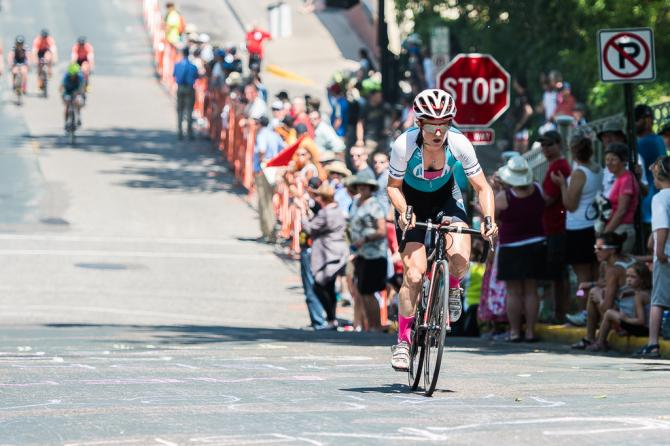 Ellen Noble (North Memorial Health Care) takes the mid-race special prime and turns it into a solo break (фото: Matthew Moses/Moses Images)