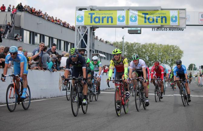 Остальные гонщики пересекают финишную линию (фото: Route du Sud)