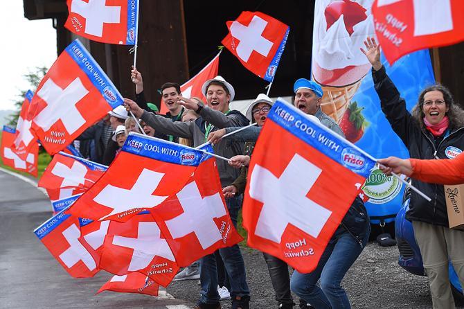 Швейцарские флаги и болельщики (фото: Tim de Waele/TDWSport.com)
