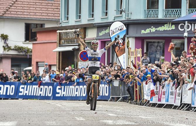 Жюльен Абсалон (BMC Mountainbike Racing Team) побеждает перед французскими фанатами (фото: Robert Jones)