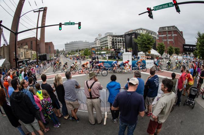 Приличная толпа собралась посмотреть гонку (фото: Jonathan Devich/epicimages.us)