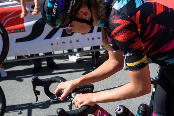 Alena Amialiusik (CANYON//SRAM Racing) настраивает свой Garmin перед стартом гонки Giro Rosa 2016 - Этап 5.(фото: Sean Robinson/Velofocus)