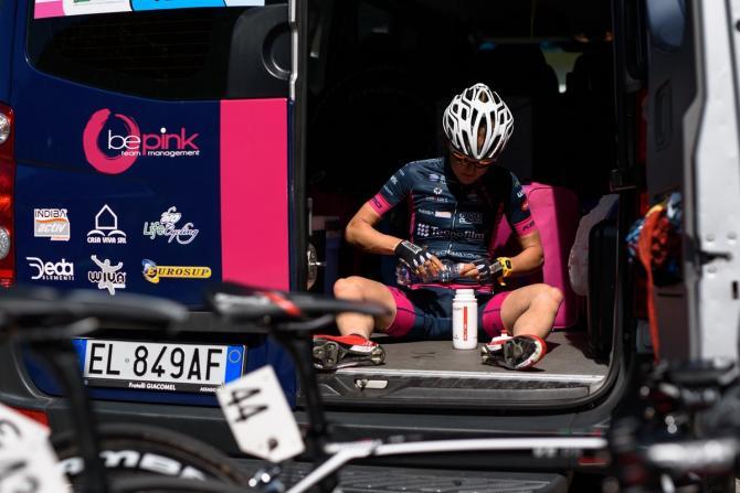 Lex Albrecht (BePink) готовит напитки на Giro Rosa 2016 - 5 этап. (фото: Sean Robinson/Velofocus)