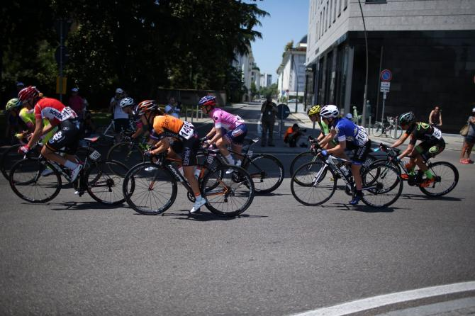 Лидер гонки - Megan Guarnier (Boels-Dolmans) в пелотоне (фото: Sean Robinson/Velofocus)