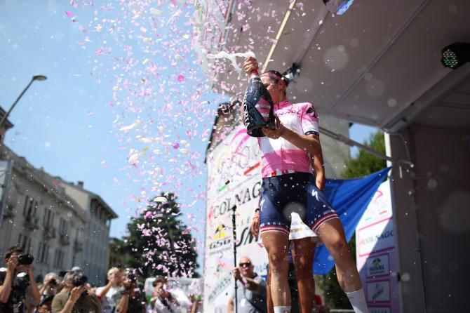 Megan Guarnier празднует в своей розовой майке (фото: Sean Robinson/Velofocus)