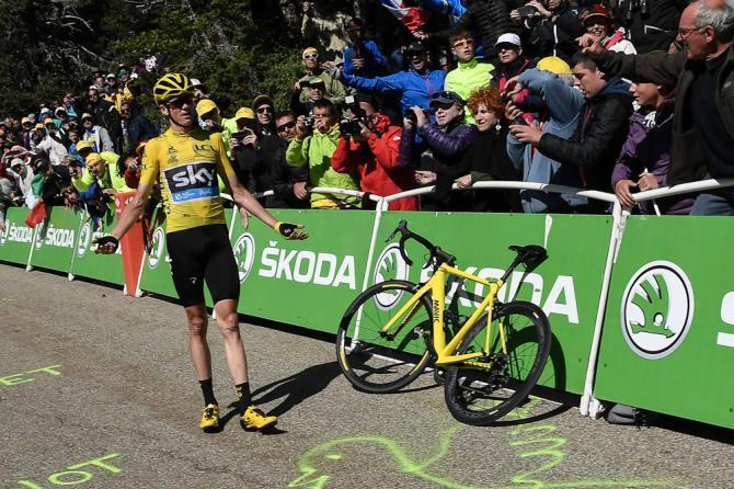 Крис Фрум ждет когда ему дадут новый велосипед (фото: Getty Images Sport)