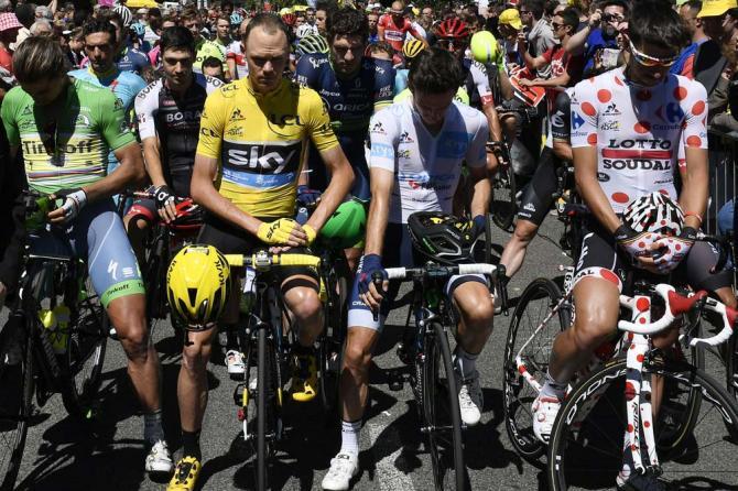 Крис Фрум и другие велогонщики начали 14 этап с минуты молчания (фото: Getty Images Sport)