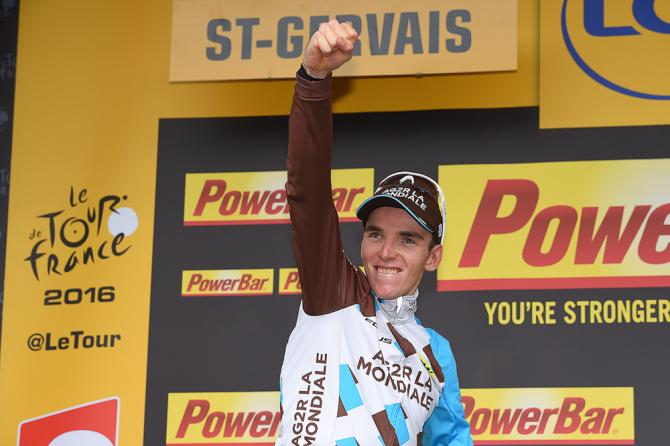 Romain Bardet celebrates his stage 19 win on the Tour de France podium (фото: Tim de Waele/TDWSport.com)