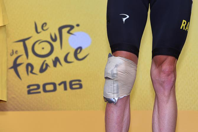 Chris Froome's knee was under wraps on the stage 19 podium (фото: Tim de Waele/TDWSport.com)