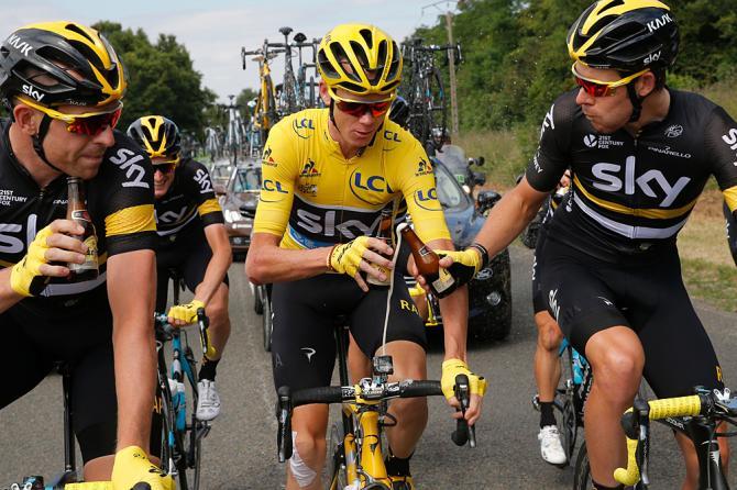 Крис Фрум парзднует со своими друзьями по команде(фото: Getty Images Sport)