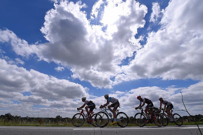 Солнце наконец то показалось между облаками на 4-м этапе Тур де Франс (фото: Tim de Waele/TDWSport.com)