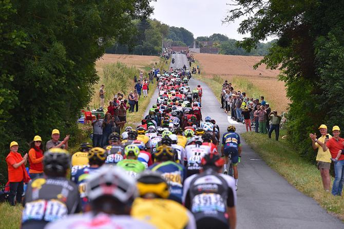 Велогонщики выстроились в длинную линию (фото: Tim de Waele/TDWSport.com)