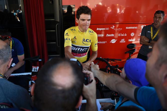 Грег ван Авермат (BMC) встречает болельщиков возле автобуса команды (фото: Getty Images Sport)
