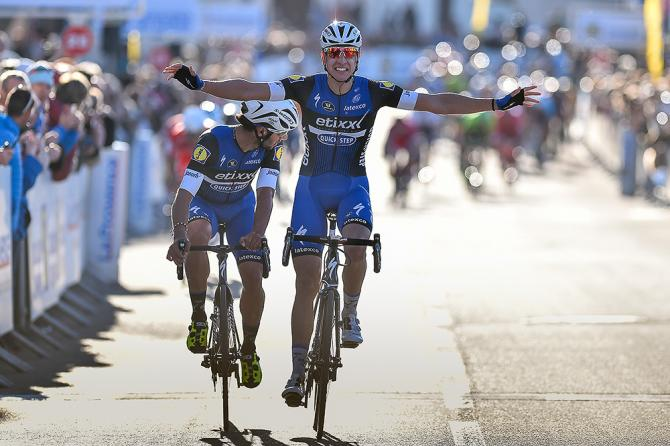 Давиде Мартинелли выигрывает стадию 2 Tour la Provence, в то время как товарищ по команде Фернандо Гавирия оглядывается назад на столкновение, произошедшее позади них (фото: Tim de Waele/TDWSport.com)