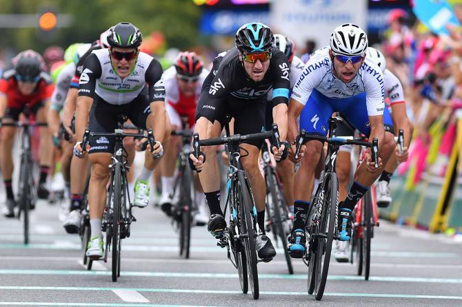 Элия Вивиан (Sky) едет колесо в колесо с Фернандо Гавирия (фото: Tim de Waele/TDWSport.com)