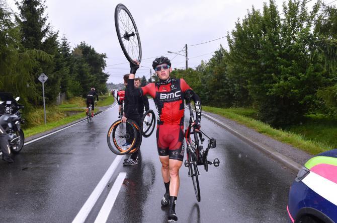 Floris Gerts (BMC ) ждет новое заднее колесо (фото: Tim de Waele/TDWSport.com)