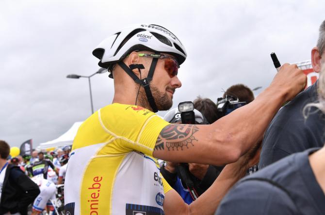Лидер гонки Том Бонен (Etixx-QuickStep) раздает автографы перед стартом (фото: Tim de Waele/TDWSport.com)