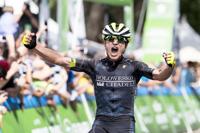 Robin Carpenter празднует свою победу на 1 этапе (фото: Jonathan Devich/epicimages.us)